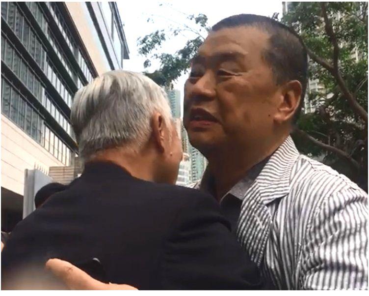 黎智英與朱耀明牧師在法院外擁抱。
