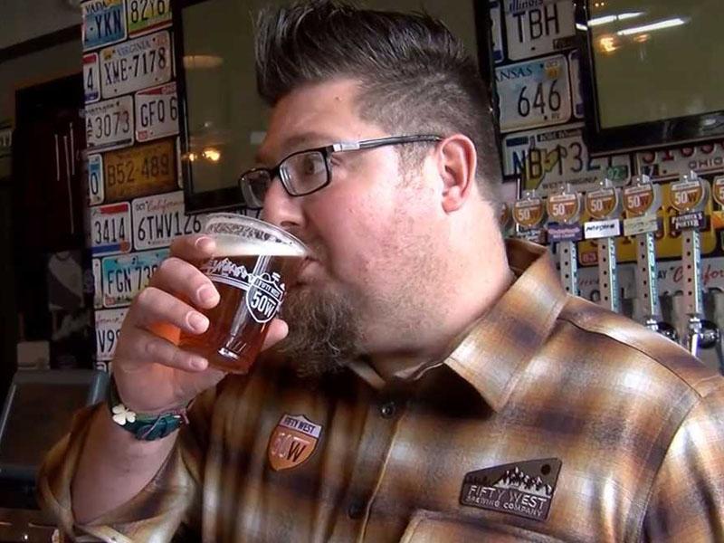 美国俄亥俄州43岁男子德尔(Del Hall)最近一个多月的一日三餐菜单上只有一样东西——啤酒。(网图)
