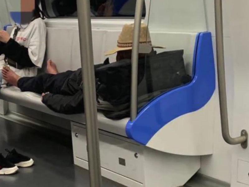 老伯在地鐵除鞋躺在4座位上。(網圖)