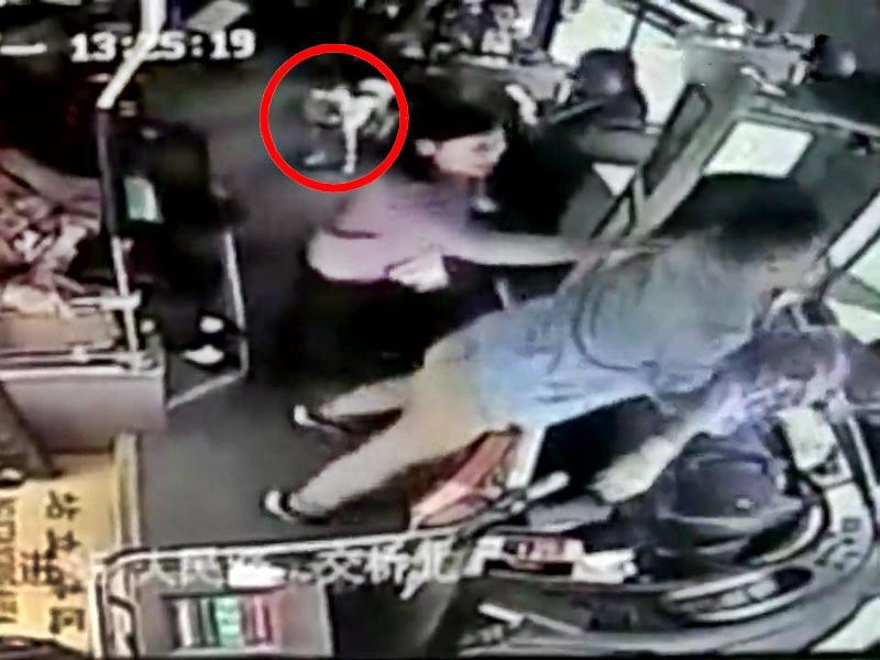 湖南长沙一名男子带宠物犬上巴士被阻,暴打司机。