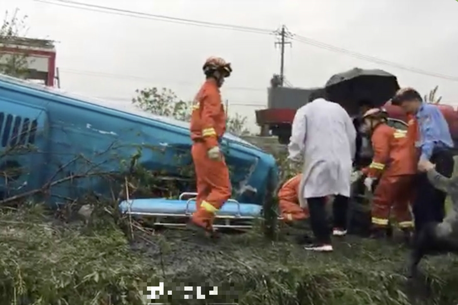 安徽合肥一輛旅遊巴意外翻側。微博圖片