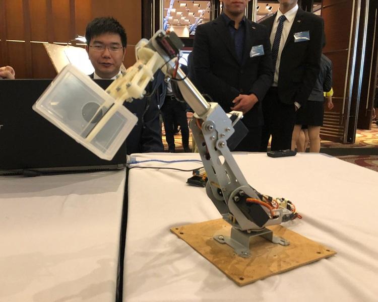 何卓隆指,透過簡單程序,機械人就能辨識物品,進行分類,是作品的優勝之處。