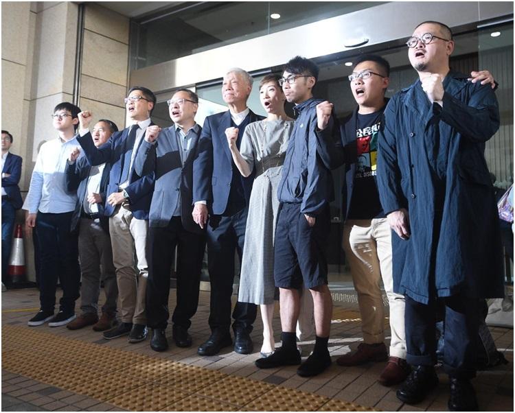 9人步離法院獲支持者鼓掌支持。陳楚琨攝