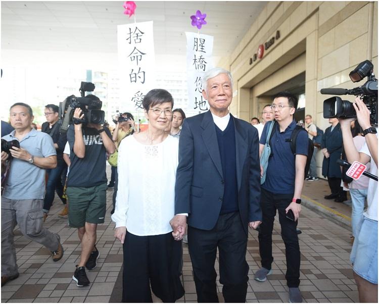 朱耀明指家人昨晚抱着他哭了半小時。