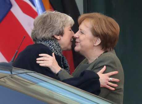 (左起)英国首相文翠珊今天与德国总理默克尔会面。