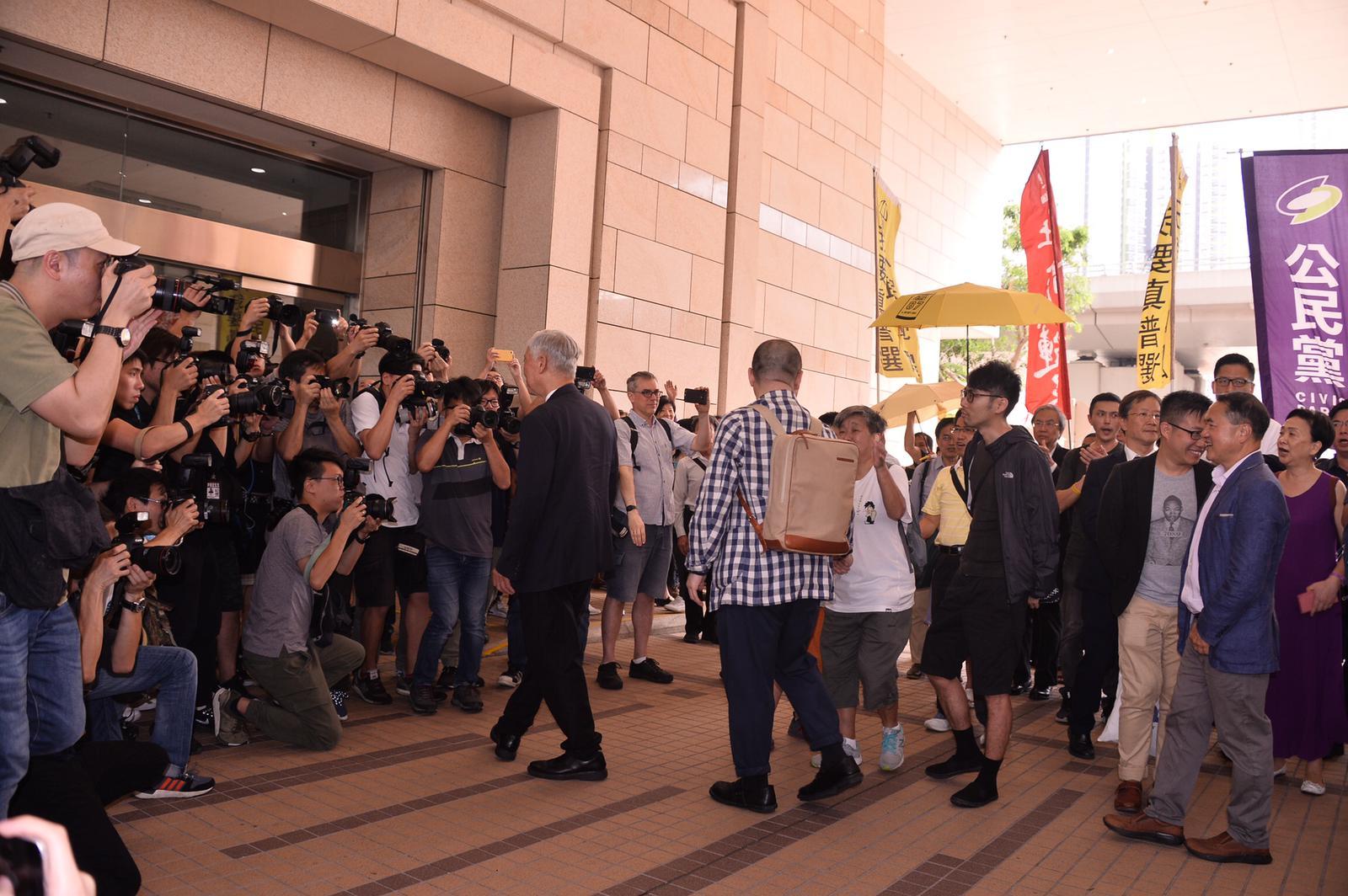 九子今於8時50分左右陸續抵達西九龍裁判法院。