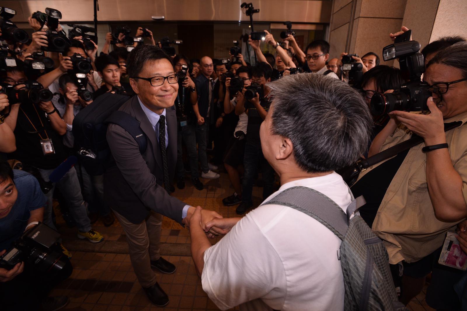 陳健民與支持者握手。