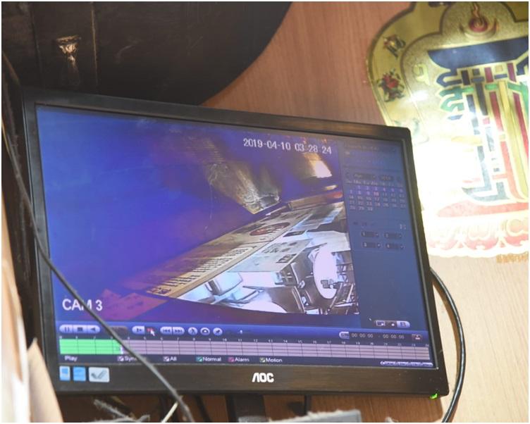 警方正翻看门外的闭路电视追缉贼人。