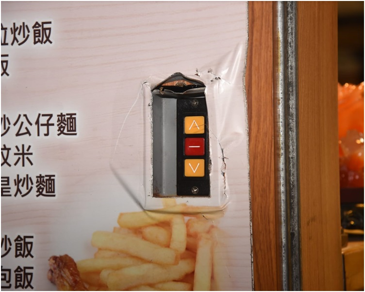 贼人图撬闸企图撬开电闸锁盖。