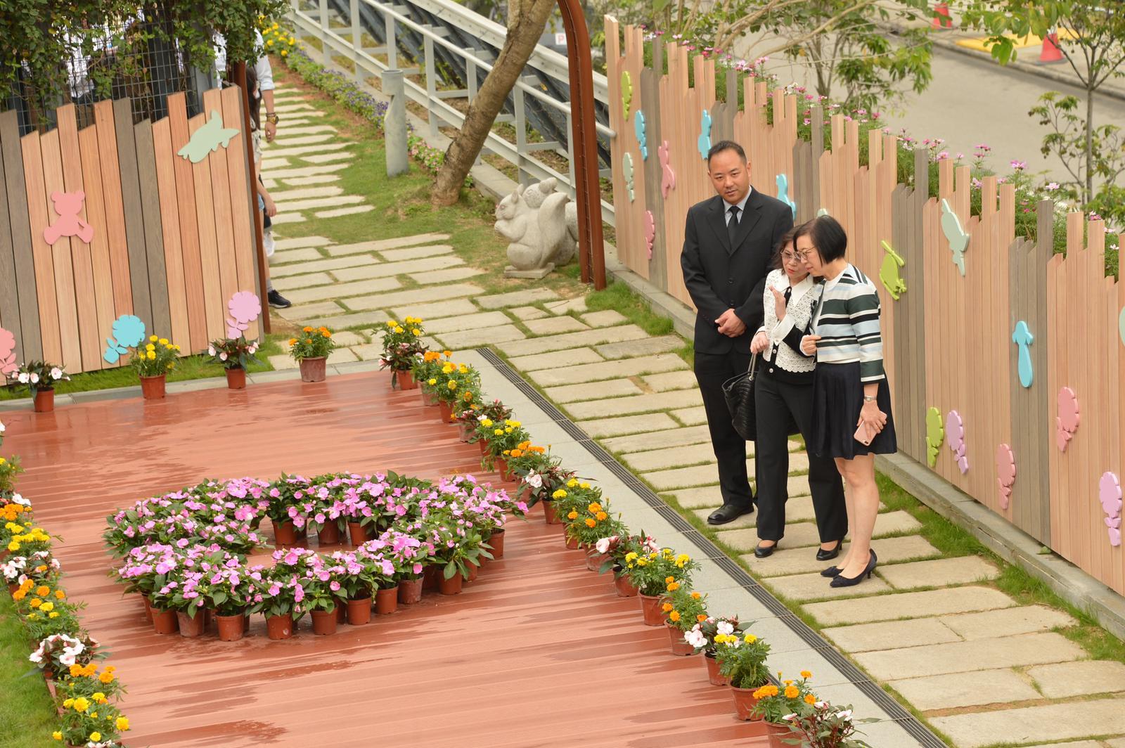 食物及衞生局局長陳肇始視察設施。