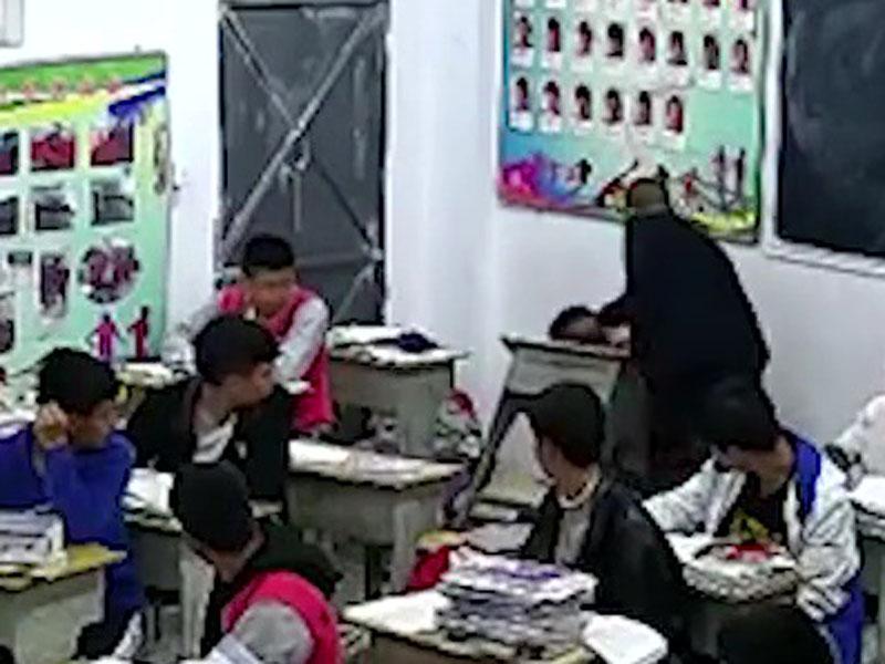 學生被踢倒地,還被老師打頭。(網圖)