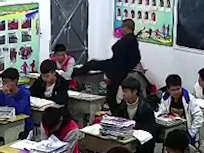 該名老師起腳踢學生。(網圖)