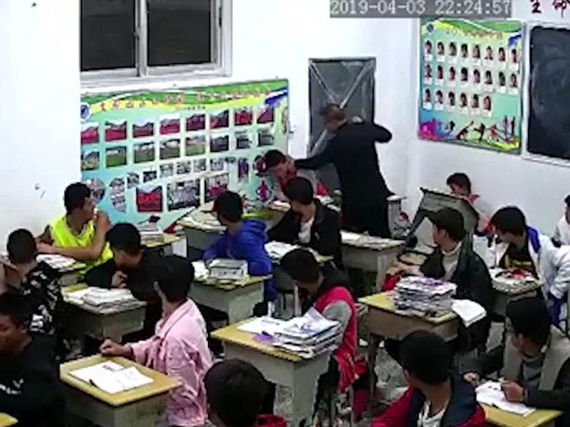 老師對學生义頸、打頭。(網圖)