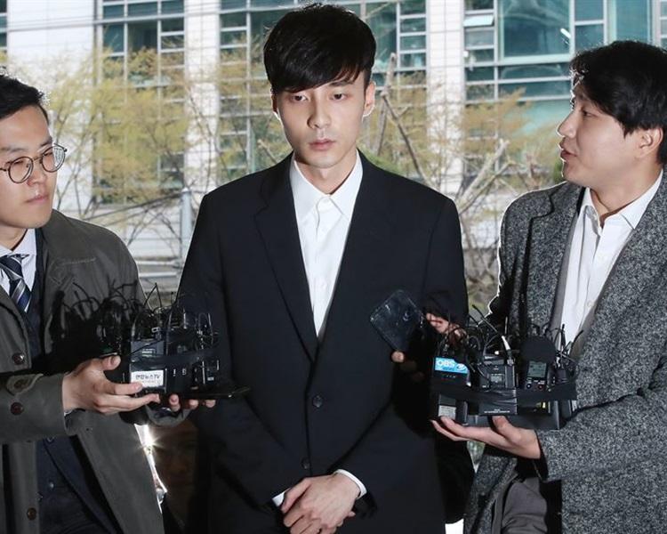 Roy Kim現身首爾鐘路區首爾地方警署廳,向一直支持自己的家人、粉絲和大眾致歉。網圖