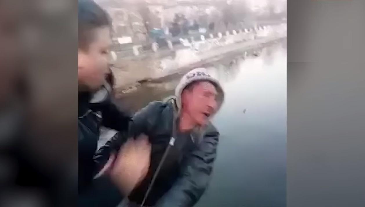烏克蘭兩名男子為拍搞笑片段搏取點擊率,將一名陌生男子推落橋,對方因而不幸在河中溺斃。 影片截圖