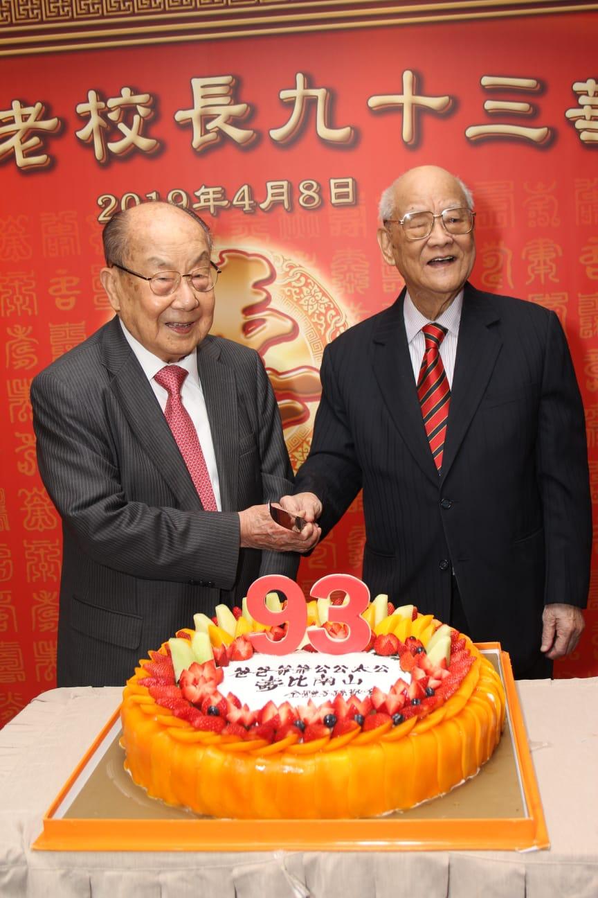 雖然吳康民(右)已93歲,但身體依然健康,思路清晰。