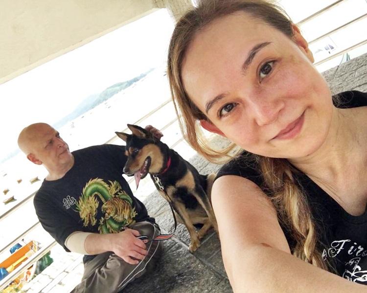 翁静晶与何猷彪拍拖5年。在何帮助下,翁成功把两只狗狗Blue and Jack移居来港。