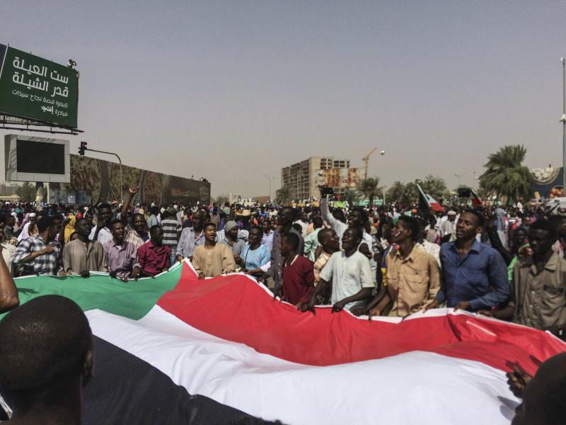 民眾於巴希爾下台消息傳出後在首都喀土穆街頭慶祝,AP