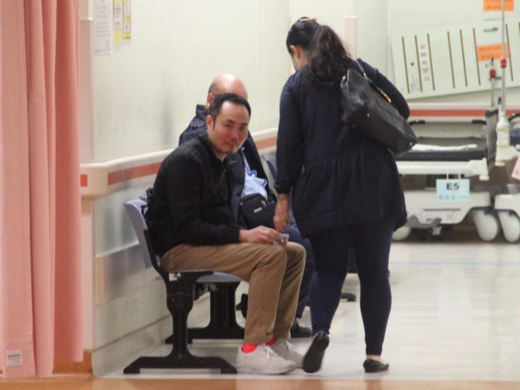 猝死男婴的男亲友在医院协助警方调查。
