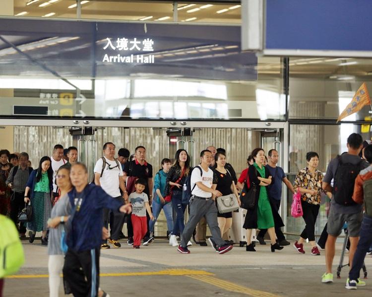 入境處估計,當中約79%的旅客,即約480萬人次,會經各陸路邊境管制站進出香港。