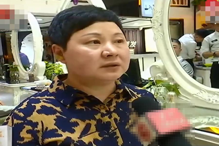 女子修剪頭髮被剪到耳朵。  微博圖片