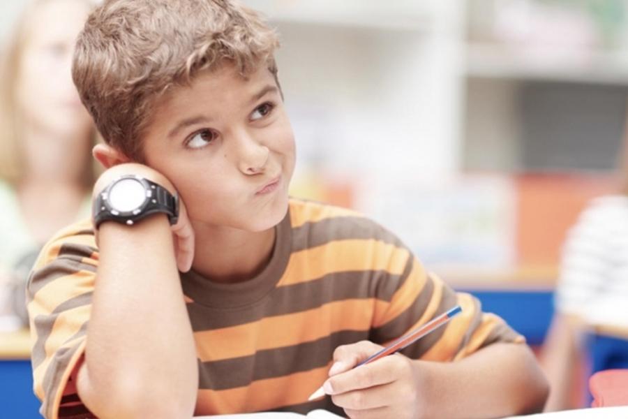 临近周末,学生都欠缺专注力,无心上课。  示意图