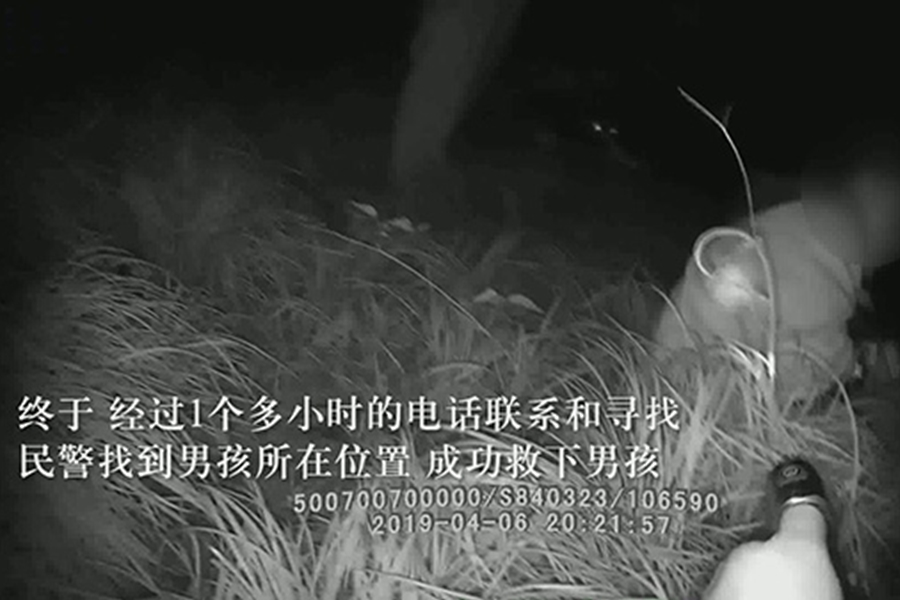 警員在一處草叢中找到了少年。網上圖片