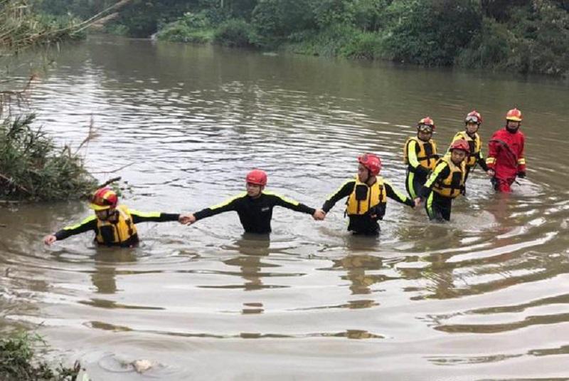 當局搜救被冲走工人。網圖