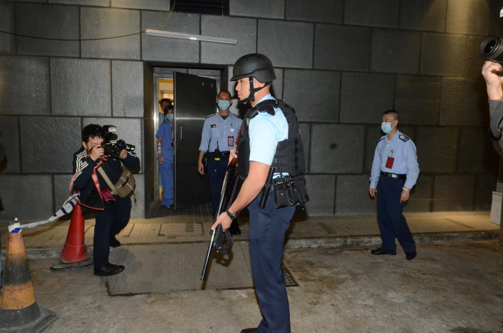 警員持槍戒備。