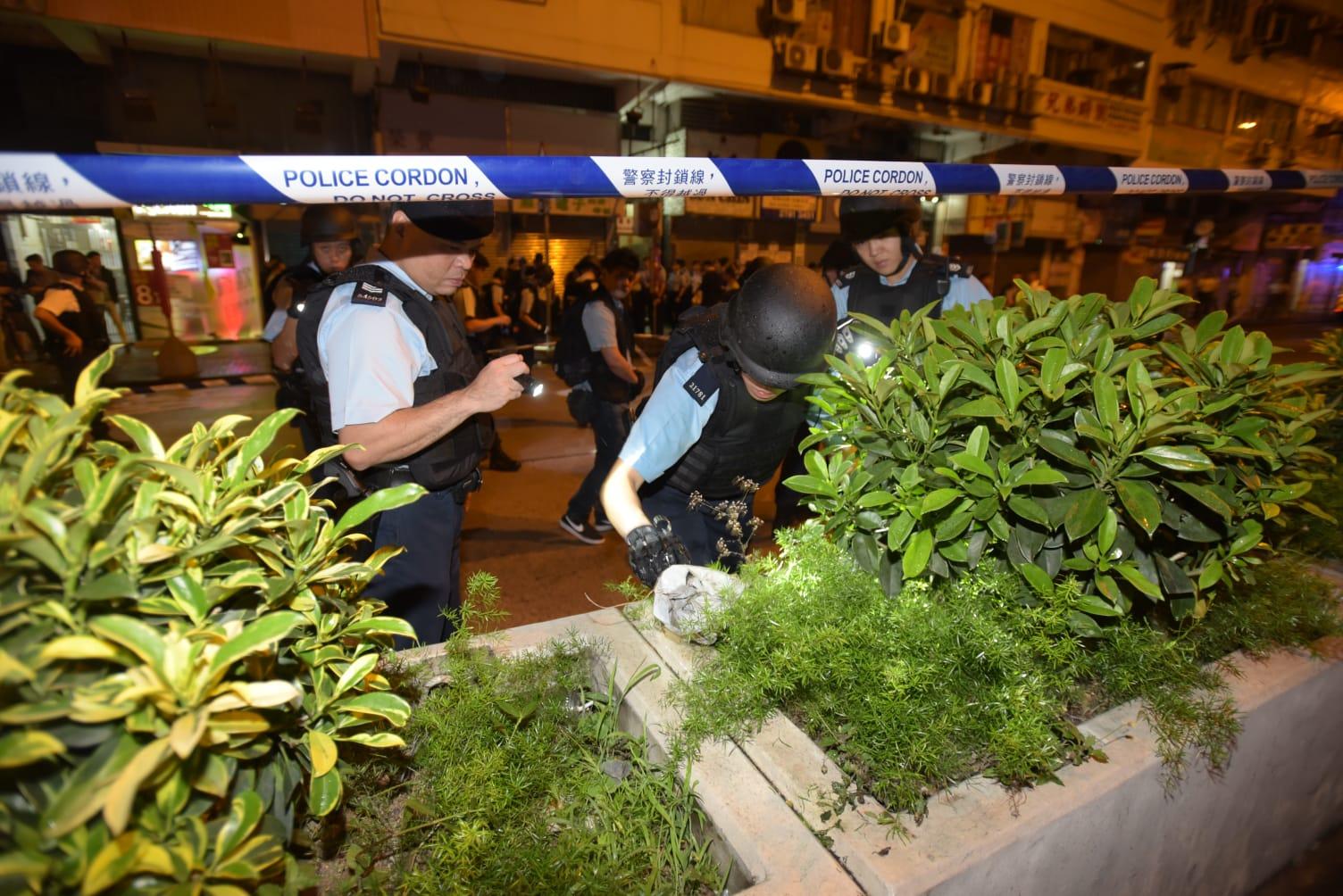 警員搜尋彈頭。
