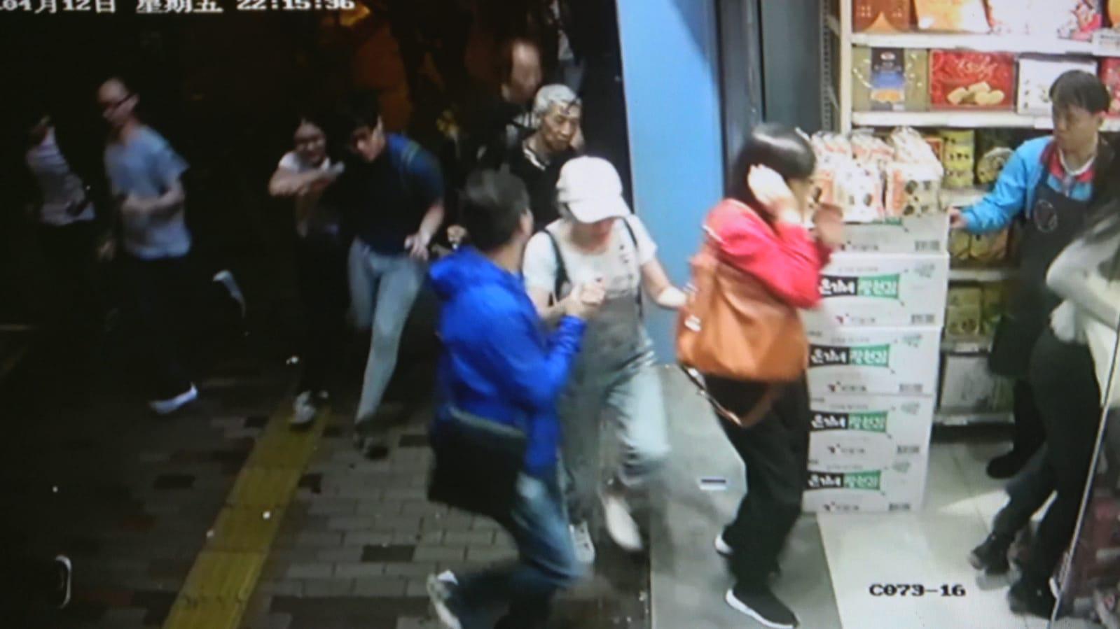 途人聞槍聲走入零食店避難。