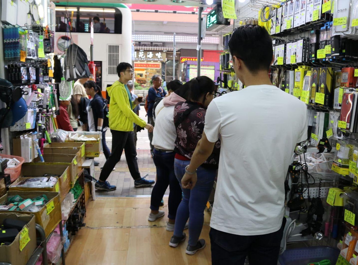在事發時,7至8名途人隨即走進一間手機配件零售店內避難。