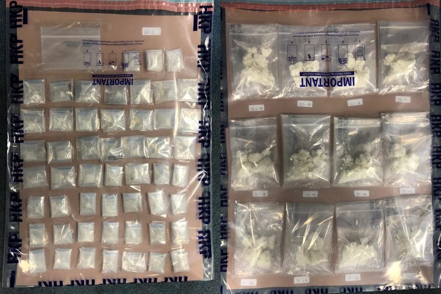 警員檢獲約1.4公斤懷疑可卡因、約870克懷疑霹靂可卡因。警方圖片