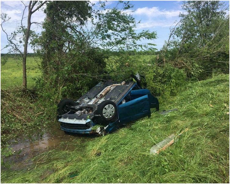 许多汽车被吹翻。