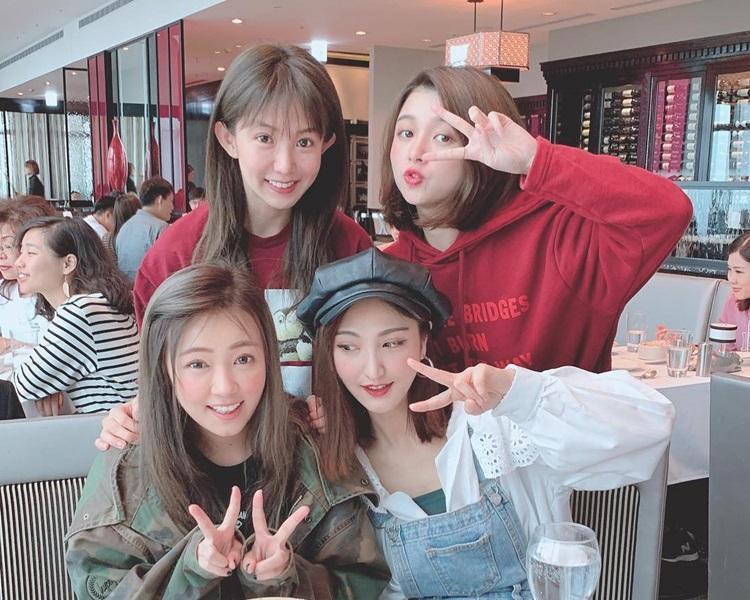 郭書瑤(後左)幫姊妹丫頭(前左)慶祝生日,網民認不出。Instagram