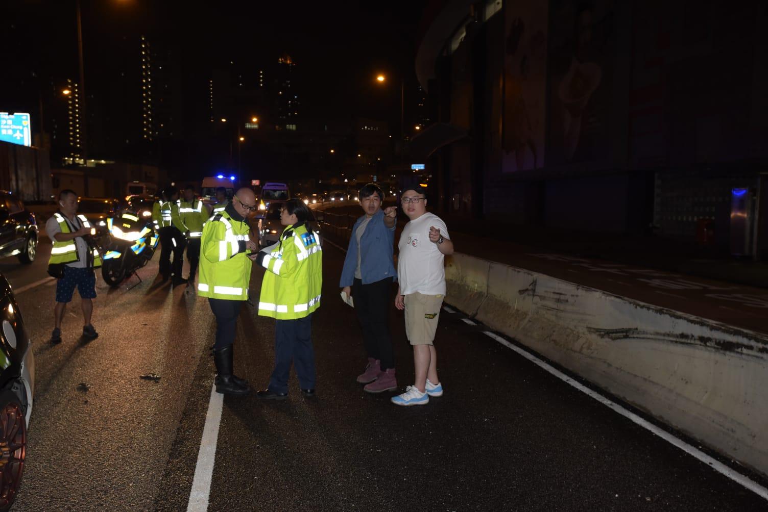 被撞的私家车司机在场协助警员调查。
