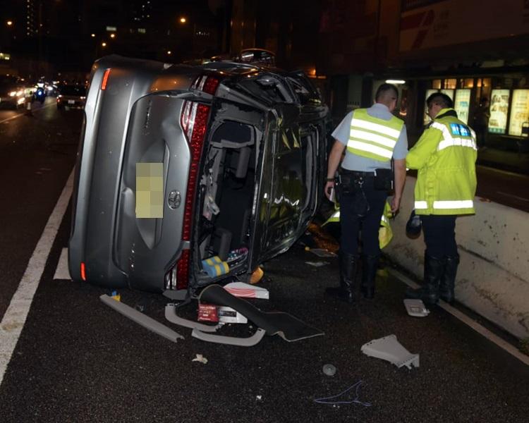 七人车严重损毁。