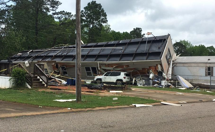 有市民拍下龙捲风吹袭后,建筑物被吹倒的情景。 (网图)