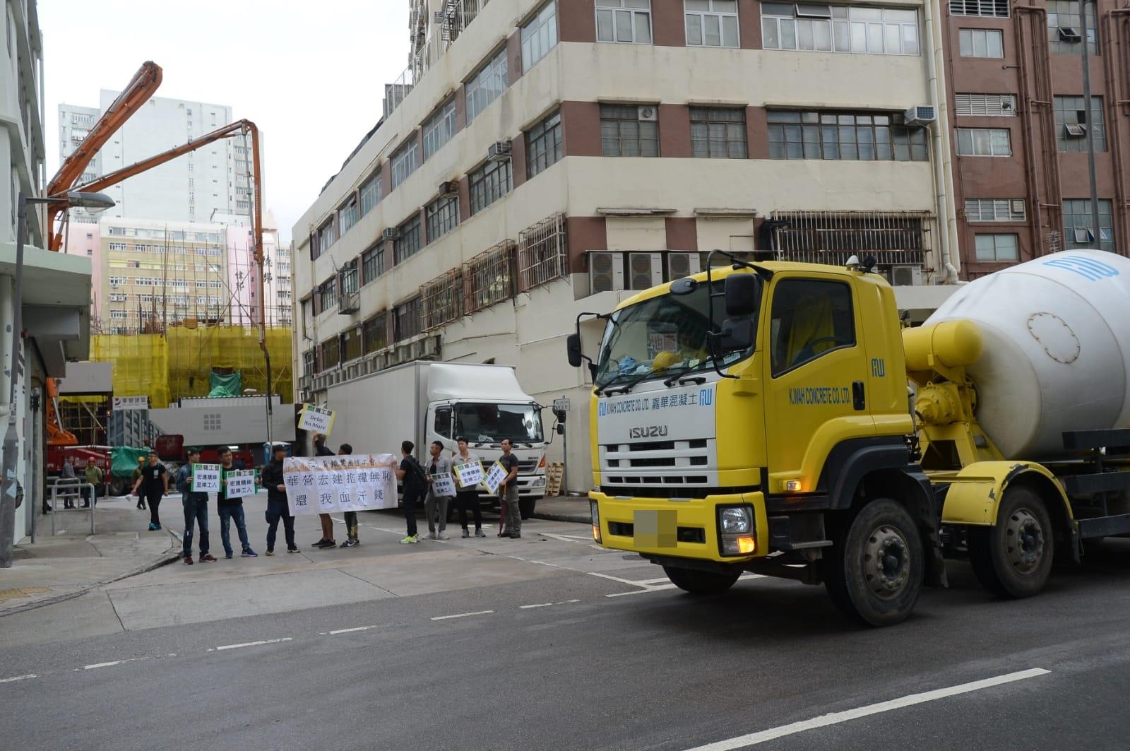 多名紮鐵工在地盤入口抗議。
