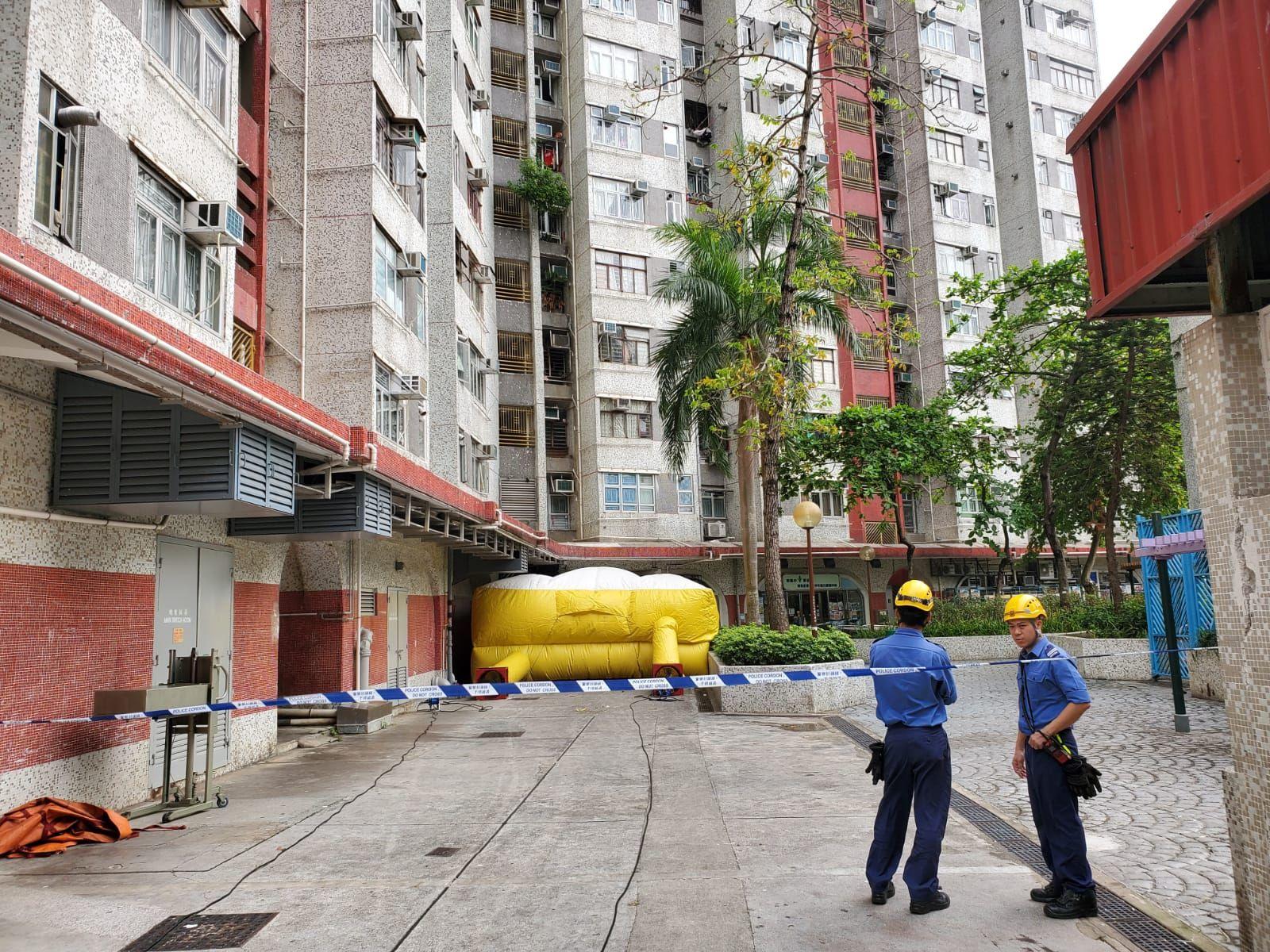 消防員架開氣墊戒備,雙方目前仍在對峙。