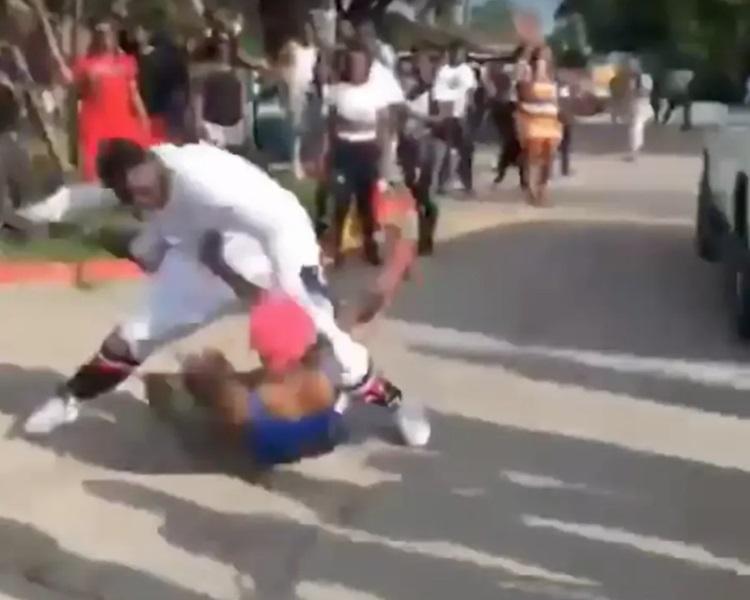 白衣男子打得十分兇狠。影片截圖