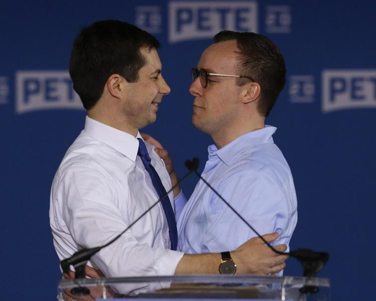 布蒂吉格(左)與其伴侶Chasten Glezma。AP