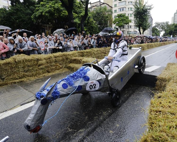 巴西聖保羅古怪車大賽 肥豬飛機人字拖大鬥法