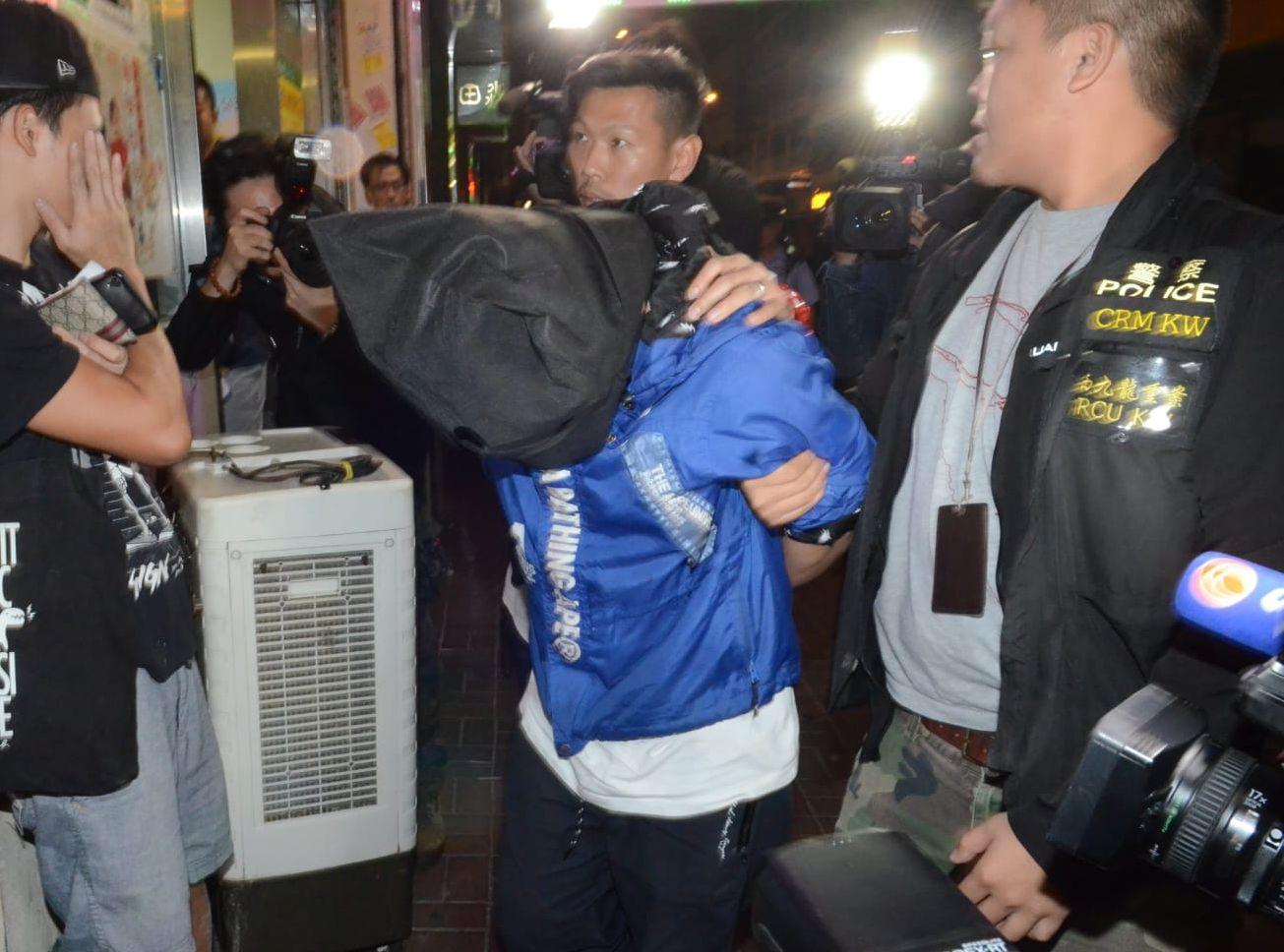 開槍男子被戴上手銬,其後西九龍總區將他押回寓所搜證。