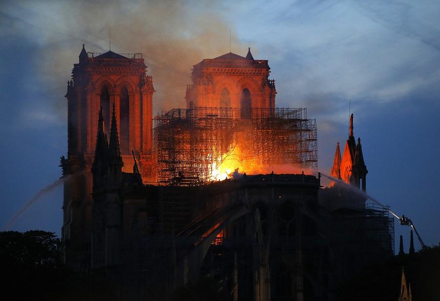 巴黎聖母院火警焚燒逾5小時仍未撲滅,尖塔倒塌。美聯社
