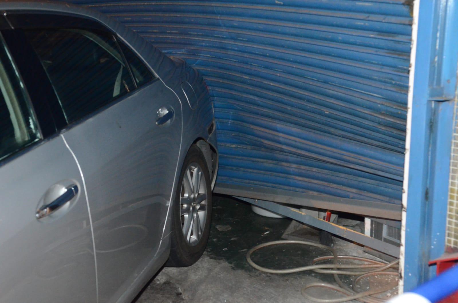 荃灣男子駕失車撞車房 鐵閘損毀凹陷。