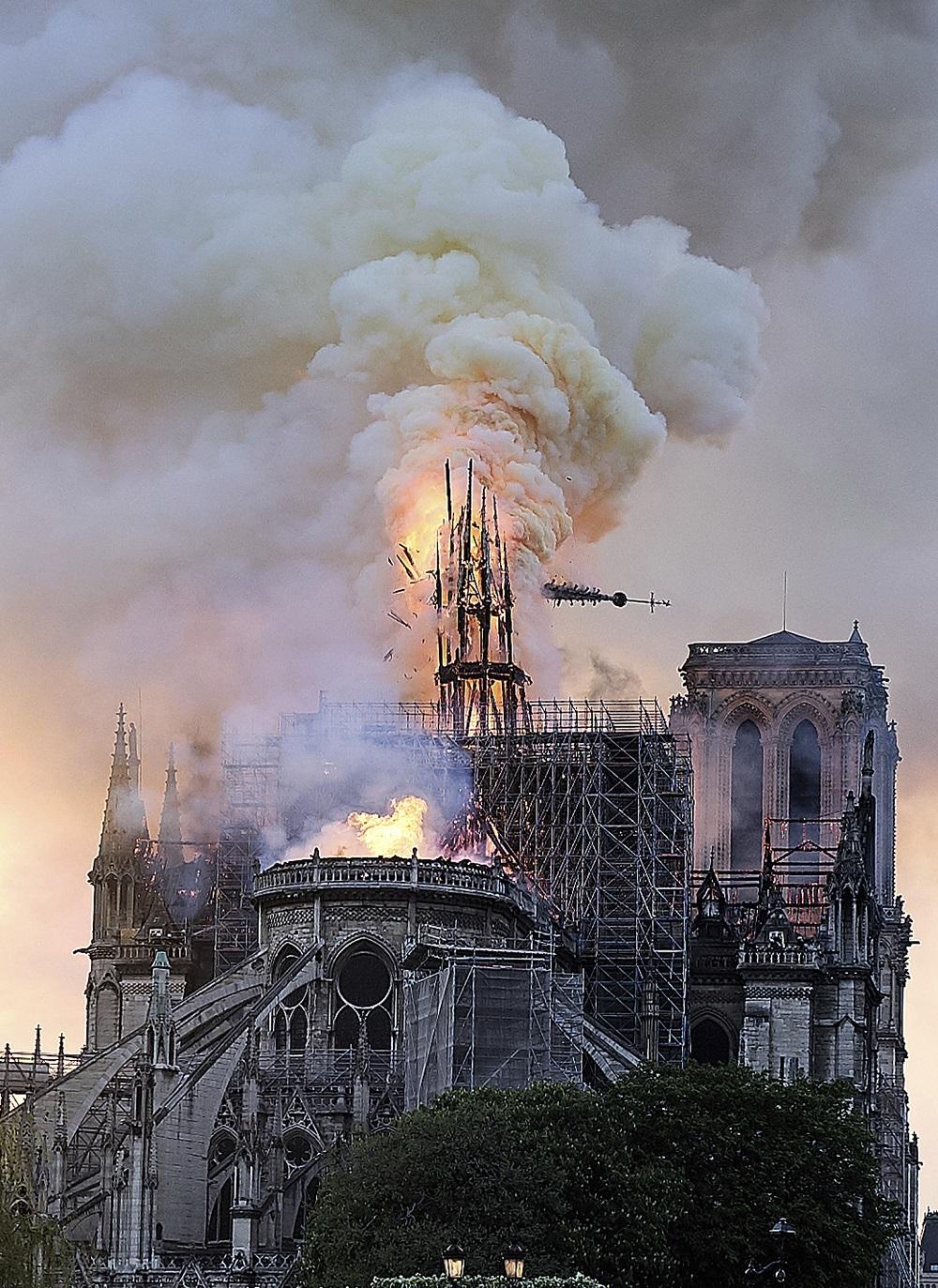巴黎聖母院大火,尖塔倒塌。美聯社
