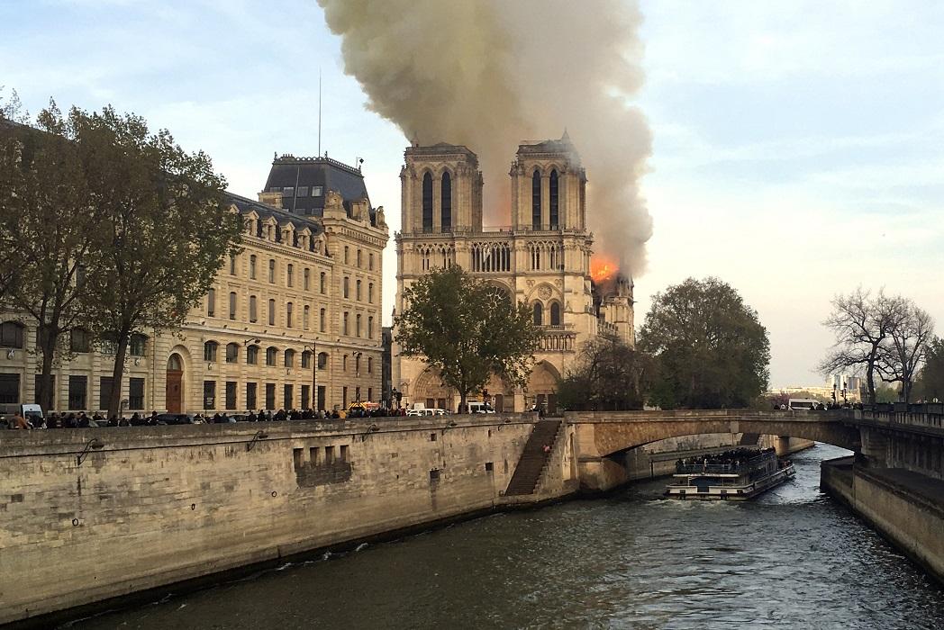 巴黎圣母院大火已接近扑灭,教堂结构得以保存。