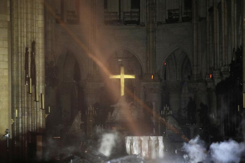 巴黎圣母院火灾后,教堂内部首张图片曝光,看来祭坛及十字架得以幸存。