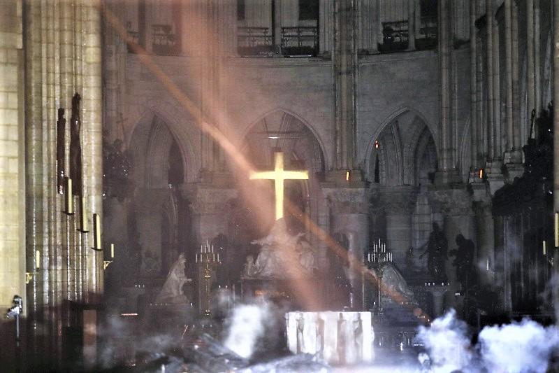 巴黎聖母院火災後,教堂內部照片曝光,祭壇及十字架得以幸存。AP